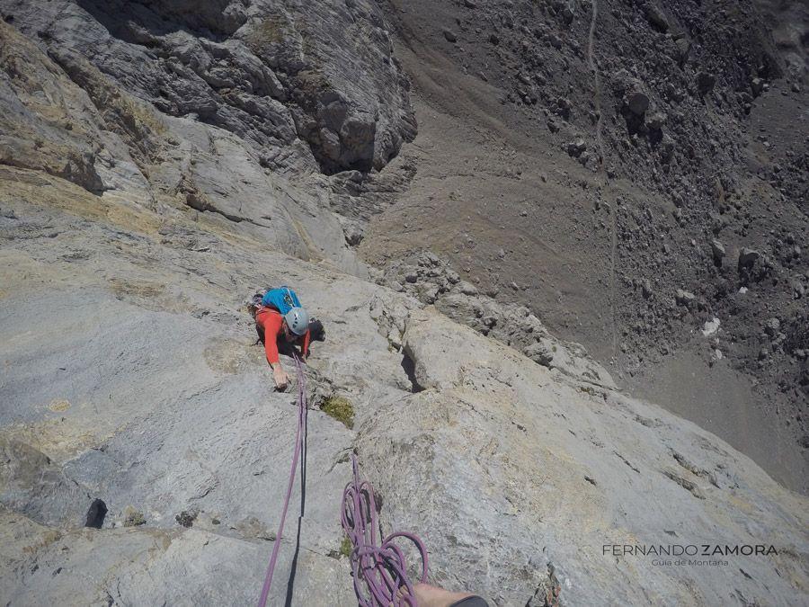 Escalando la vía Maraya en Horcados rojos. Picos de Europa