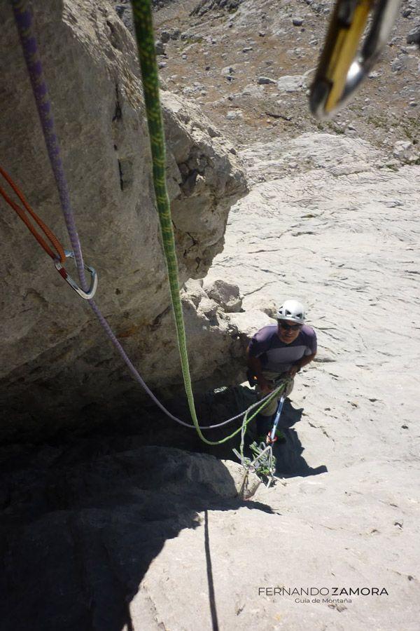 Escalando el tercer largo de la Vía Cepeda en el Naranjo e Bulnes