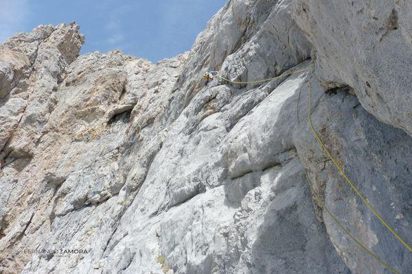 Segunda parte de la escalada de la vía de las placas en peña olvidada