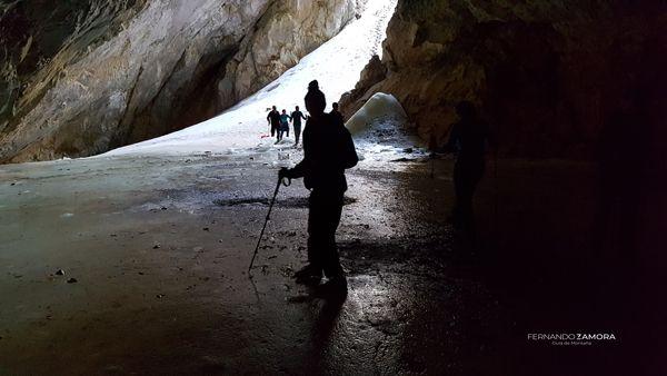 Cueva de hielo en peña castil picos de europa