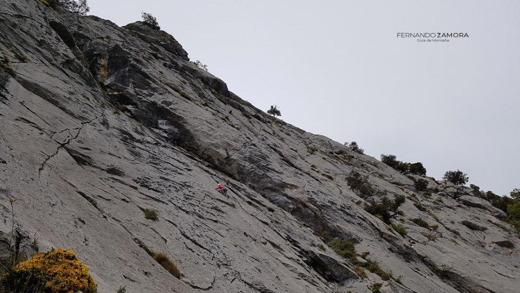 Escalando el primer largo de la vía Caneco en el resquilón del agero