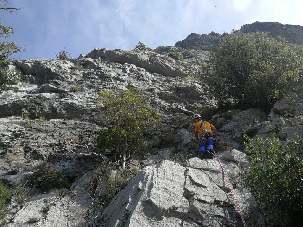 Escalando el primer largo de la vía La Vara en el Agero