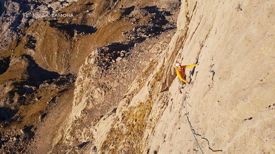 Primeros metros de escalada de la vía rescate emocional de peña santa de castilla