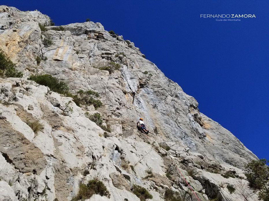 Primer largo de la vía de escalada dependencia Bendita en la torre de Celis del Agero